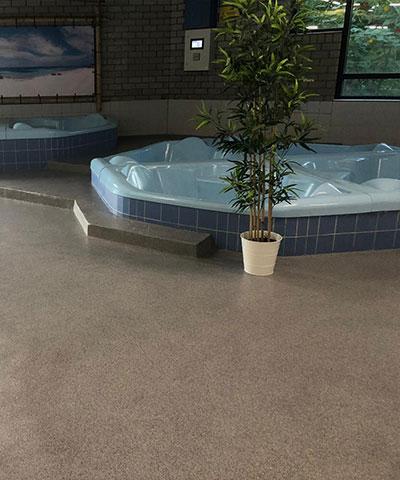 Zwembadvloer voorzien van antisliplaag